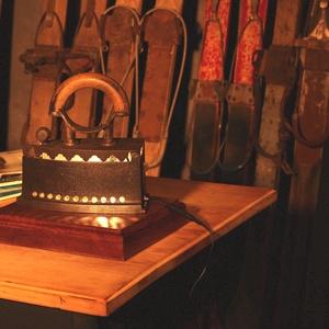 IRON vintage lámpa LED világítással (több funkciós), Otthon & lakás, Lakberendezés, Dekoráció, Asztaldísz, Lámpa, Asztali lámpa, Famegmunkálás, Fémmegmunkálás, Antik öntöttvas vasalóból készült több funkciós restaurált, homokfújt, felülettisztított dekorelem.\n..., Meska