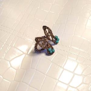 Pillangó Türkinit gyűrű, Ékszer, Gyűrű, Gyöngyös gyűrű, Ékszerkészítés, Fémmegmunkálás, Pici Türkinit /festett Howlit gyöngyökkel készült pillangós gyűrű, állítható meretű.\n\nA rézből készü..., Meska