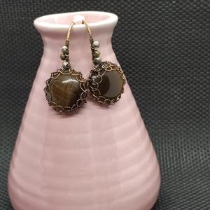 Macskaszem fülbevaló, Ékszer, Fülbevaló, Lógós fülbevaló, Ékszerkészítés, Fémmegmunkálás, Macskaszem( üvegből ) készült közép barna tónusú fülbevaló. \n\nA rézből készült ékszerek használat al..., Meska
