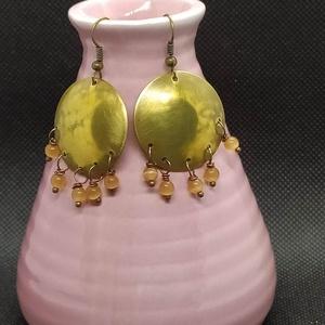 Sárga  gyöngyös  fülbevaló, Ékszer, Fülbevaló, Lógós fülbevaló, Ékszerkészítés, Fémmegmunkálás, Apró sárga színű achát gyönggyel és sárgaréz domborított tallérral készült fülbevaló.\n\nA rézből kész..., Meska