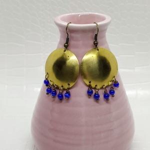 Kék gyöngyös  fülbevaló, Ékszer, Fülbevaló, Lógós fülbevaló, Ékszerkészítés, Fémmegmunkálás, Apró kék színű achát gyönggyel és sárgaréz domborított tallérral készült fülbevaló.\n\nA rézből készül..., Meska
