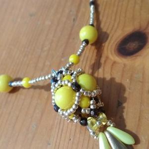 Sárga bogyós gyöngynyaklánc , Ékszer, Medálos nyaklánc, Nyaklánc, Sárga gyöngybogyó medál sárga és arany színű fűzött láncon.  47 cm lánc, és 6,5 cm lánchosszabbító. ..., Meska