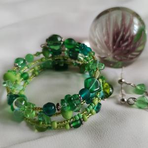 Zöld memória karkötő és fülbevaló szett, Ékszer, Ékszerszett, Zöld üveggyöngyökből és ezüst színű szerelékekből készült szett. A karkötő memóriadrótra lett készít..., Meska