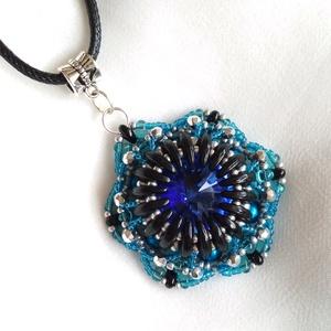 Kék ragyogó medál, Ékszer, Nyaklánc, Medál, 18 mm-es swarovski rivoli kristály befoglalva egy szép gyöngy medálba. , Meska
