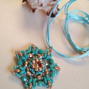 Kék virág swarovski-val, Ékszer, Nyaklánc, Medálos nyaklánc, Ez a kék medál egy swarovski rivoli befoglalásával készült. Superduo és csiszolt gyöngyök teszik ily..., Meska