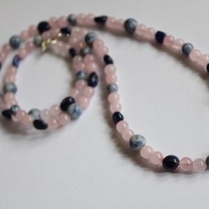 Rózsakvarc és szodalit szeretet nyaklánc acél szerelékekkel, Ékszer, Nyaklánc, Gyöngyös nyaklác, 71,5 cm hosszú nyaklánc rózsakvarc és szodalit gyöngyökből. Az ezüst színű szerelékek acél alkatrész..., Meska