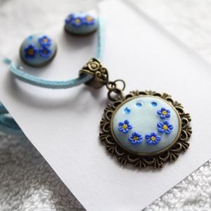 Kék virágos ékszerszett, Ékszer, Ékszerszett, Kék gyurmával díszített nyakláncból és bedugós fülbevalóból álló ékszerszett.  A medál egy kék bőrzs..., Meska