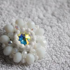 Ragyogó bross, kitűző, Ékszer, Kitűző és Bross, Kitűző, Csodás swarovski kristály befoglalva fehér gyöngyök közé. Mérete 3,5 cm. , Meska