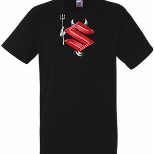 Suzuki Devil – Sport ördög mintás póló, Ruha & Divat, Férfi ruha, Póló, Festett tárgyak, Fotó, grafika, rajz, illusztráció, Egyedi kérésre készítjük,\n\naz általad választott fazonú (női, férfi, gyerek), színű és méretű pólóra..., Meska