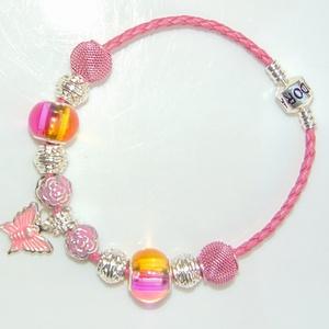 Pillangós rózsaszín üveg és fém charm bőr karkötő, Ékszer, Karkötő, Charm karkötő, Ékszerkészítés, Ez egy igazi tavaszias hangulatú romantikus karkötő. \n\nA karkötő alapja színezett műbőr, a zárszerke..., Meska