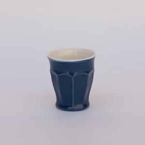 yutta 1 dl-es fületlen félporcelán kávés csésze, Otthon & lakás, Konyhafelszerelés, Bögre, csésze, Kerámia, 1dl-es fületlen félporcelán kávés csésze.\nszíne: sötétkék\nsúlya: 10 dkg\nmagassága: 7,5 cm\nátmérője:6..., Meska