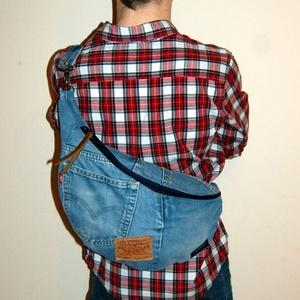 Levi's farmer hátizsák / crossbody - NADA-B, Táska & Tok, Kézitáska & válltáska, Vállon átvethető táska, Ez az újrahasznosított alapanyagokból készült hátizsák tökéletesen megfelel sétához, városnézéshez, ..., Meska