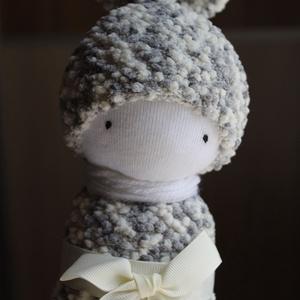 Momo manólány, Gyerek & játék, Játék, Baba játék, Plüssállat, rongyjáték, Játékfigura, Baba-és bábkészítés, Varrás, Momo, a manóbaba 100 % pamutzokniból és zsenília zokniból készült. Arca hímzett. A sál a nyakában pa..., Meska