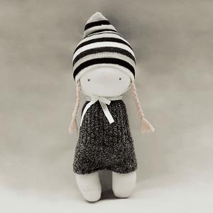 Polka zoknibaba, Gyerek & játék, Játék, Baba játék, Plüssállat, rongyjáték, Játékfigura, Baba-és bábkészítés, Varrás, Polka 100 % pamutzokniból készült. A haja pamut fonal. A sapkája és a ruhája nem levehető. Nyakában ..., Meska