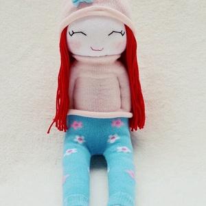 Sabrina zonibaba, Gyerek & játék, Játék, Baba játék, Játékfigura, Plüssállat, rongyjáték, Baba-és bábkészítés, Varrás, Sabrina 100 % pamutzokniból készült. A haja pamut fonal, arca pedig hímzett. \nA sapkája és a ruhája ..., Meska