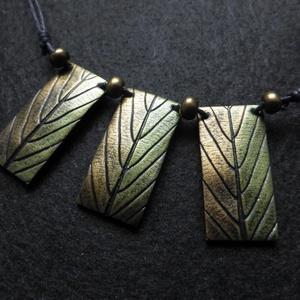 Sorbus nyaklánc, Medálos nyaklánc, Nyaklánc, Ékszer, Gyurma, Berkenyelevél mintával díszített elegáns nyaklánc. A téglalapok szélessége kb. 2 cm, hossza kb. 4 cm..., Meska