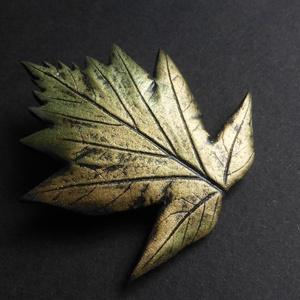Barkóca bross, Kitűző, Kitűző & Bross, Ékszer, Gyurma, Ékszergyurmából készült, csodásan csillogó zöldes-arany színű barkócaberkenye bross, a levél széless..., Meska