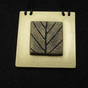 Négyzet medál, Ékszer, Nyaklánc, Medál, Gyurma, Fémmegmunkálás, Sárgaréz lemezből és ékszergyurmából készült látványos minimalista medál, mérete 4 x 4 cm (vagy 6 x ..., Meska