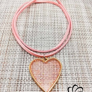 Szív alakú rózsaszín műgyanta medál, Ékszer, Nyaklánc, Ékszerkészítés, Rózsaszín műgyantából készült egyedi, saját készítésű szív alakú medál, rózsaszín műbőr nyakláncon. ..., Meska