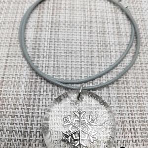 Műgyanta medál ezüst színű hópehellyel, Ékszer, Nyaklánc, Ékszerkészítés, Átlátszó műgyantából készült egyedi, saját készítésű medál, ezüst színű hópehellyel, szürke színű ny..., Meska