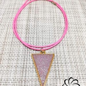 Háromszög alakú rózsaszín csillámos műgyanta medál , Ékszer, Nyaklánc, Ékszerkészítés, Rózsaszín műgyantából készült egyedi, saját készítésű háromszög alakú medál csillámokkal, rózsaszín ..., Meska