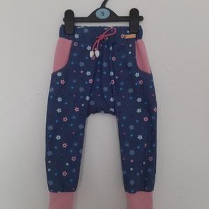 Kislány nadrág, Nadrág, Babaruha & Gyerekruha, Ruha & Divat, Varrás, Vírágmintás vékony famer anyagból készítettem, ezt a nadrágot, rózsaszín pamut zsebbel dobtam fel. D..., Meska