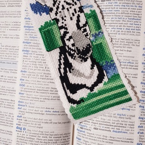 Zebra könyvjelző, Dekoráció, Otthon & lakás, Gobelin, Naptár, képeslap, album, Könyvjelző, Hímzés, Varrás, Keresztszemes hímzés technikával készítettem és aida szalagba varrtam a mintát. A hátoldalát egy zöl..., Meska
