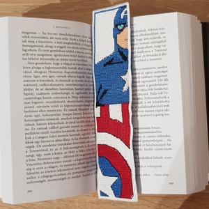 Amerika kapitány könyvjelző, Dekoráció, Otthon & lakás, Gobelin, Naptár, képeslap, album, Könyvjelző, Hímzés, Varrás, Keresztszemes hímzés technikával készítettem és aida szalagba varrtam a mintát. A hátoldalát egy kék..., Meska