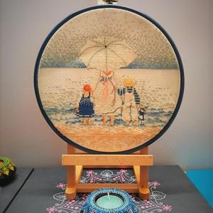 Gyermekek a tengerparton, Gobelin, Textil, Művészet, Hímzés, A kép keresztszemes mintával készült kongré alapra, hímzőráma (műanyag) adja a keretet melyen akaszt..., Meska