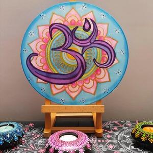 AUM jelű selyem mandala, Mandala, Dekoráció, Otthon & Lakás, Selyemfestés, Festészet, Kör alakú, fémkeretre feszített 30 cm  átmérőjű hernyóselyemből készült ablakkép. Egyedi, kézzel fes..., Meska