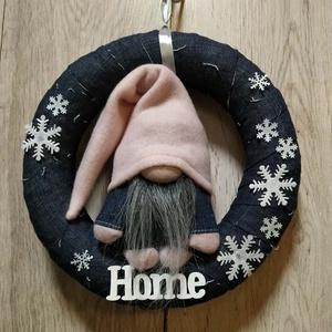Manócskás ajtódísz, Otthon & lakás, Dekoráció, Ünnepi dekoráció, Lakberendezés, Ajtódísz, kopogtató, Koszorú, Varrás, Virágkötés, Kis manós ajtódísz, kopogtató, koszorú.\nIgazi téli dekoráció, ajándéknak is tökéletes választás. A h..., Meska