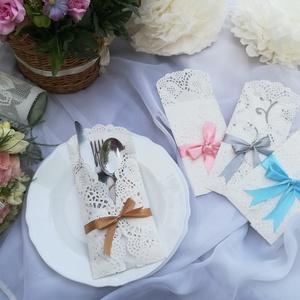 Esküvői evőeszköztartó, Esküvő, Esküvői dekoráció, Papírművészet, Egyedi, elegáns, romantikus evőeszköztartó esküvőre.\nTortacsipkéből, szatén szalaggal díszítve. \nJel..., Meska