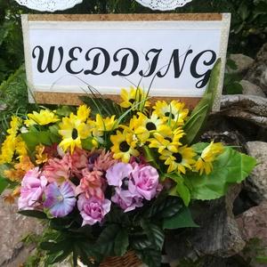 Esküvői dekoráció, virágkosár, Esküvő, Esküvői dekoráció, Virágkötés, Egyedi, vidám, romantikus esküvői dekoráció.\nA termék magassága, és átmérője 45 cm.\nA tábla nincs fi..., Meska