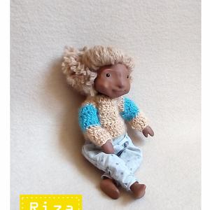 RIZA, aki kedvesen puha, Gyerek & játék, Otthon & lakás, Képzőművészet, Szobor, Textil, Baba-és bábkészítés, Szobrászat, Riza egy kb. 29 cm magas, minden elemében egyedi, kézzel készült figura. Feje, végtagjai polymer cla..., Meska