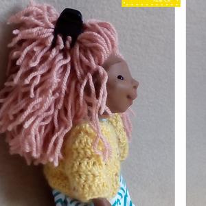 MIRTH, a lány a szomszédból, Otthon & lakás, Képzőművészet, Gyerek & játék, Játék, Baba, babaház, Baba-és bábkészítés, Szobrászat, Mirth egy kb. 26 cm magas, minden elemében egyedi, kézzel készült figura. Feje, végtagjai polymer cl..., Meska