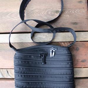 cipzártáska fekete Mini , Táska, Táska, Divat & Szépség, Válltáska, oldaltáska, Varrás, Mini cipzártáska (Kb. 20x18cm, szára kb 110cm)\n\nEsti kimozduláshoz tökéletes kicsi táska, elfér benn..., Meska