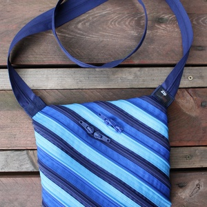 cipzártáska átlós kék Mini, Táska, Táska, Divat & Szépség, Válltáska, oldaltáska, Varrás, Mini cipzártáska (Kb. 20x18cm, szára kb 110cm)\n\nEsti kimozduláshoz tökéletes kicsi táska, elfér benn..., Meska