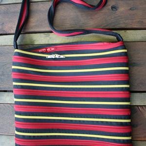 cipzártáska arany piros fekete nagy, Nagy pakolós táska, Kézitáska & válltáska, Táska & Tok, Varrás, Nagy Ziptáska (Kb. 32x30cm, szára kb 110cm)\n\nIdeális méretű táska azoknak, akik szeretik az egész ir..., Meska