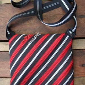 cipzártáska piros ezüst fekete kicsi átlós, Vállon átvethető táska, Kézitáska & válltáska, Táska & Tok, Varrás, Kicsi Ziptáskák (Kb. 24x20cm, szára kb 110cm)\n\nKis válltáska, amiben elfér egy programfüzet és minde..., Meska