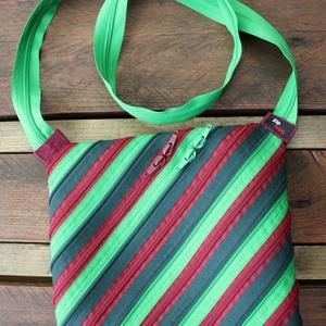 cipzártáska zöld bordó kicsi átlós, Vállon átvethető táska, Kézitáska & válltáska, Táska & Tok, Varrás, Kicsi Ziptáskák (Kb. 24x20cm, szára kb 110cm)\n\nKis válltáska, amiben elfér egy programfüzet és minde..., Meska