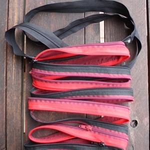 cipzártáska piros fekete bordó Mini , Táska, Táska, Divat & Szépség, Válltáska, oldaltáska, Varrás, Mini cipzártáska (Kb. 20x18cm, szára kb 110cm)\n\nEsti kimozduláshoz tökéletes kicsi táska, elfér benn..., Meska