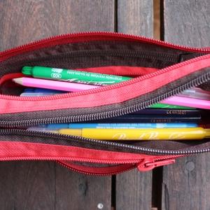 tolltartó  barna-bordó cipzárspirál, Tolltartó & Ceruzatekercs, Papír írószer, Otthon & Lakás, Varrás, Tolltartó (kb. 21x7cm)\n\nEzek a tolltartók egyediek, praktikusak és szépek. Nincs többé unalom a tanó..., Meska