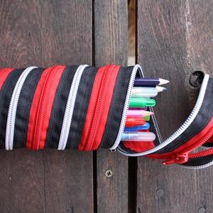 tolltartó  ezüst-fekete-piros cipzárspirál, Tolltartó & Ceruzatekercs, Papír írószer, Otthon & Lakás, Varrás, Tolltartó (kb. 21x7cm)\n\nEzek a tolltartók egyediek, praktikusak és szépek. Nincs többé unalom a tanó..., Meska