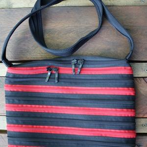 cipzártáska fekete piros közepes, Vállon átvethető táska, Kézitáska & válltáska, Táska & Tok, Varrás, Közepes Ziptáskák (Kb. 28x24cm, szára kb 110cm)\n\nEz a közepes méretű válltáska megbízható társad les..., Meska