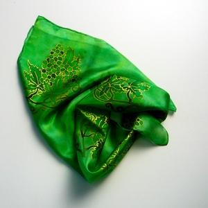 Kézzel festett színes SELYEMKENDŐ, szőlő minta, zöld és arany színek_01, Táska, Divat & Szépség, Ruha, divat, Kendő, Női ruha, Selyemfestés, anyaga: 100% hernyóselyem\nmérete: 55 x 55 cm\negyéb: kímélő mosószerrel / samponnal, kézzel vagy mosó..., Meska