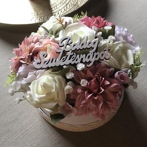Születésnapi virágbox, Otthon & Lakás, Dekoráció, Asztaldísz, Virágkötés, Virágdobozt készítettem, szép, az élőhöz nagyon hasonló selyemvirágokból, pasztell rózsaszín és fehé..., Meska