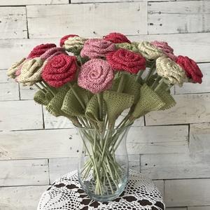 Rózsa zsákvászonból, Otthon & Lakás, Dekoráció, Dísztárgy, Virágkötés, Színes jutaszalagból rózsákat készítettem, melyekhez 100%- ban természetes alapanyagokat használtam ..., Meska