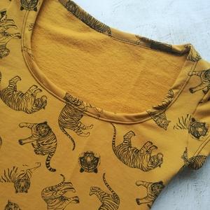 Mustár alapon fekete tigris mintás női póló, Ruha & Divat, Női ruha, Póló, felső, Varrás, Pamut jerseyből varrt vastagabb, polár belsővel rendelkező női póló, 38/40-es méretben. (mellbőségtő..., Meska