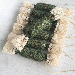 Magyalos - csillagos textil szaloncukor, Karácsony & Mikulás, Karácsonyfadísz, Zöld és arany színű, magyal mintás és csillagos, 100% pamutvászonból, valamint bézs pamutcsipkéből v..., Meska