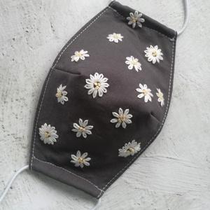 Kézzel hímzett pasztell virágok arcmaszk , Maszk, Arcmaszk, Női, Középszürke 100% pamutvászonra hímeztem hófehérrel és vanília sárgával sok-sok virágot. Vetexet vasa..., Meska